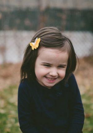 זוג סיכות מעוצבות לשיער ולילדות בצורת פרפר אוריגמי בד צהוב משולב על סיכת תיק תק בדוגמאת דגרדה. מורן אלחלל אוריגמי בד.