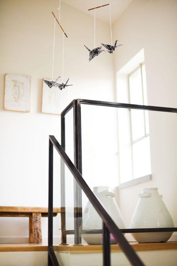 מובייל זוג עגורים שחור לבן, מובייל לעיצוב הבית, מתנה לבית חדש, מובייל למזל וברכה, מתנה לחג, מתנה לעובדים, מורן אלחלל אוריגמי בד