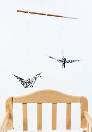 מובייל זוג עגורים שחור לבן, מובייל יפני, עגורי אוריגמי בד, מובייל לעיצוב הבית, מתנה לחנוכת בית, מתנה לתינוק שנולד, מתנת לידה, מובייל שחור לבן, מובייל לעריסת תינוק, מובייל למיטת תינוק, מהדורה מוגבלת,מורן אלחלל אוריגמי בד