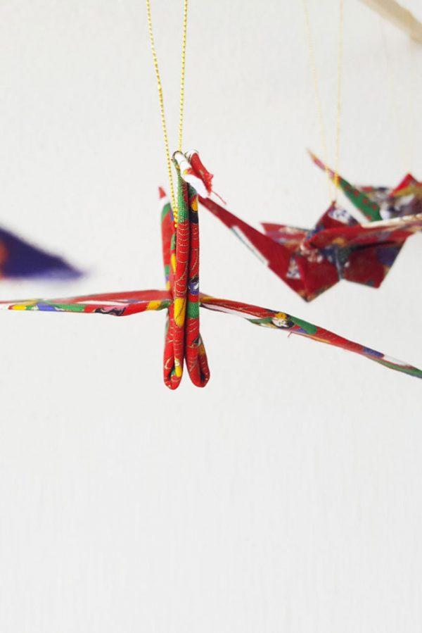 קישוט לתלייה, עגור אוריגמי מעוצב, בד כותנה מיפן, בהדפס אדום וזהב במהדורה מוגבלת. מתה לחג, לעיצוב הבית, קישוט לרכב, קישוט לתיק, מובייל למזל. מורן אלחלל אוריגמי בד.