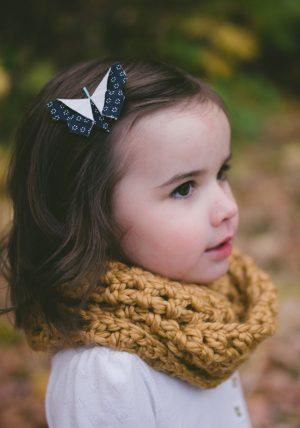 סיכה לשיער משולבת עם פרפר אוריגמי תלת מימדי עשוי בד כותנה פרחוני על גבי סיכה בצבעי פסטל. מורן אלחלל אוריגמי בד