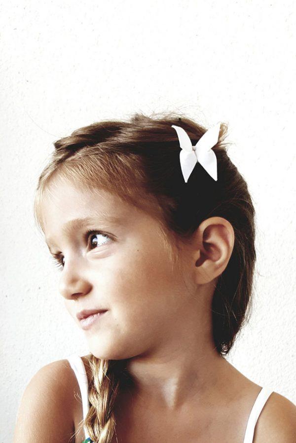 סט סיכות לשיער חגיגיות בצבע לבן עשויות בד ומקופלות לצורת פרפר בשיטת האוריגמי. אקססוריז מעוצבים לשיער, סט לשיער, סיכות ראש לכלה. מורן אלחלל אוריגמי בד.