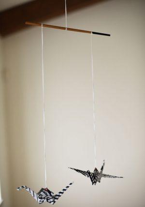 מובייל יפני, מובייל זוג עגורים שחור לבן במהדורה מוגבלת, מתנה לחג, מתנת חתונה, מובייל למזל וברכה, עגורי אוריגמי על מוט במבוק, מורן אלחלל אוריגמי בד