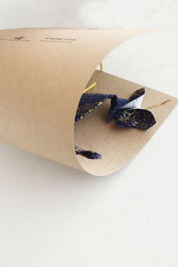 אריזת מתנה, עגור אוריגמי מבד בעיצוב יפני, תלוי על חוט זהב חגיגג, עטוף באריזת נייר ממוחזר עם משמעות העגור, מתנות סוף שנה, מתנה לאמא, מתנה לחג, מתנה לראש השנה, מתנה לצוות, מורן אלחלל אוריגמי בד
