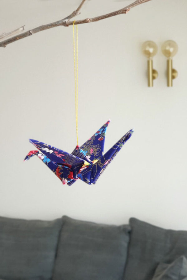 מובייל לתלייה, עגור אוריגמי יפני, אוריגמי בד, קישוט לתיק, מובייל קטן, סיכת דש, סיכת ראש חגיגית, מתנות סוף שנה, מתנות למורים, מתנות לצוות, מתנות לגננות, מתנות לעובדים, מורן אלחלל אוריגמי בד
