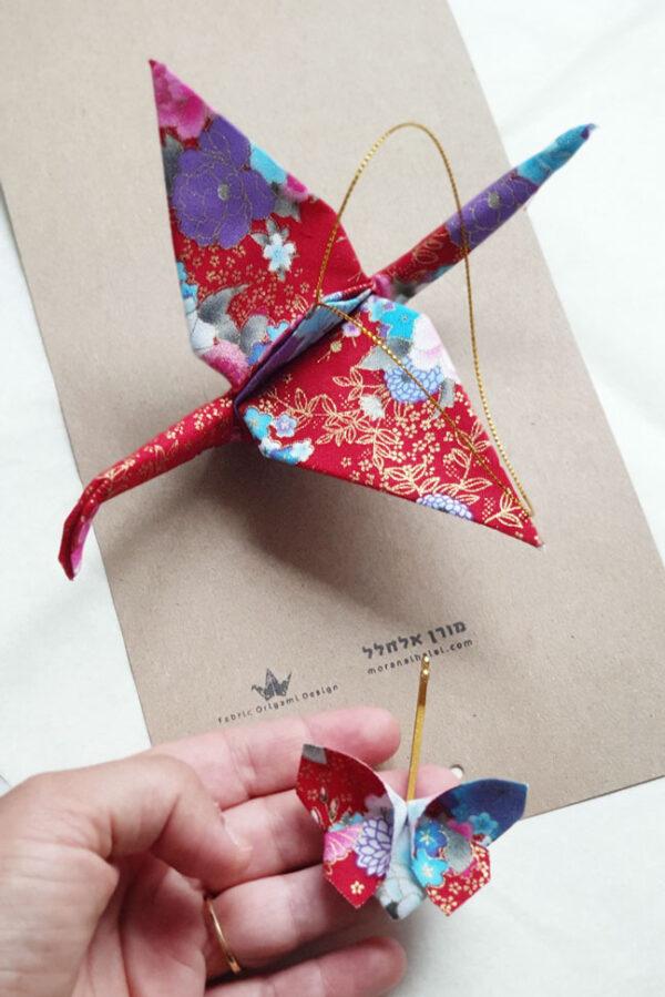 עגור אוריגמי מבד כותנה, מקופל מבד אדום וזהב פרחוני מיפן מחובר לחוט זהב, נפלא לתלייה בבית, כמתנה לחנוכת בית, מתנה לחברים, מתנת יום הולדת, מתנה לדבר, מורן אלחלל אוריגמי בד