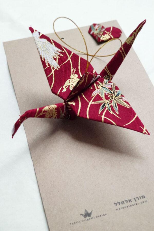 עגור יפני לתלייה ולעיצוב הבית, אדום וזהב, בד משגע, מהדורה מוגבלת, מתנת חתונה, מתנה ליום נישואים, מתנה לחתן וכלה, מתנות לצוות, מתנות לעובדים, מורן אלחלל אוריגמי בד