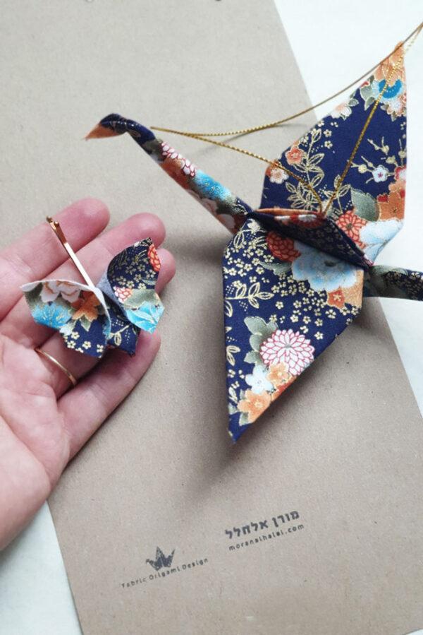 עגור יפני עם סיכת ראש בעיצוב יפני, מובייל לקישוט בכניסה לבית, סיכת ראש מעוצבת, מתנות סוף שנה, מתנה לראש השנה, מתנה למורה, אוריגמי בד, מתנות לעובדים, מתנות עם משמעות, מורן אלחלל