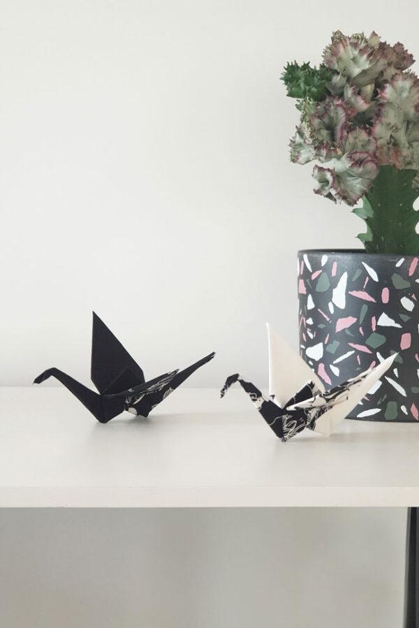 זוג עגורים שחור לבן, בד צרוב עם הדפס פרחוני יפני צד אחד, מובייל לוילון, מובייל לעיצוב הבית, עגורי אוריגמי בד שחו לבן, מתנת אירוסין , מתנת חתונה, מתנה ליום הולדת, מתנה לשנה חדשה, מורן אלחלל אוריגמי בד