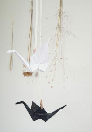 זוג עגורים שחור לבן, בד צרוב עם הדפס פרחוני, מובייל לוילון, מובייל לעיצוב הבית, עגורי אוריגמי בד שחו לבן, מתנת אירוסין , מתנת חתונה, מתנה ליום הולדת, מתנה לשנה חדשה, מורן אלחלל אוריגמי בד