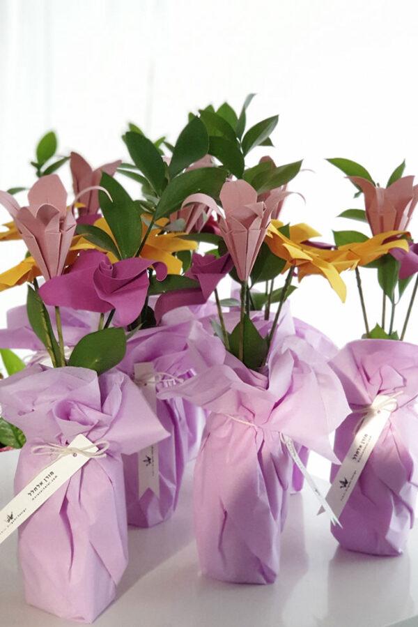 זר פרחי אוריגמי מעוצבים, זר פרחים בעבודת יד, פרחים מנייר, פרחי אוריגמי, פרחי שדה, אגרטל פרחים, מתנות לחג לעובדים, מתנות למורים ולגננות, מתנה לראש השנה, מתנה לפסח, סדנאות לעסקים, מתנות לאירועים, סידורי שולחן, מתנות לאורחים, פרחי שדה- צהוב,סגול,ורוד. מורן אלחלל אוריגמי