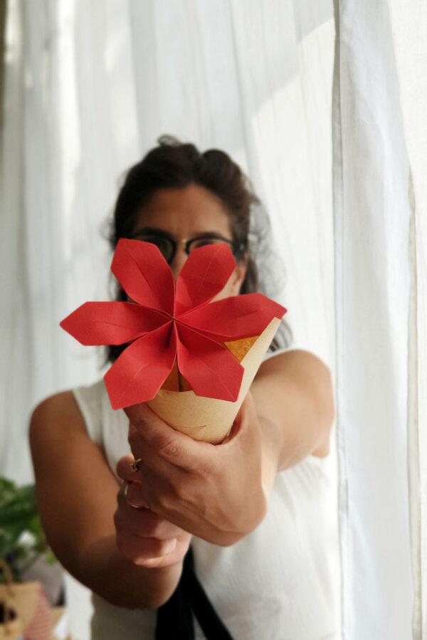 פרח אוריגמי אדום, חרצית אדומה, פרחים בעבודת יד, פרחים מעוצבים לאירועים, עיצוב אירועי קונספט, מתנות מעוצבות לאירועים, מתנות סוף שנה, מתנה למורה, מתנה למארחת, מתנה לחג, מורן אלחלל אוריגמי בד