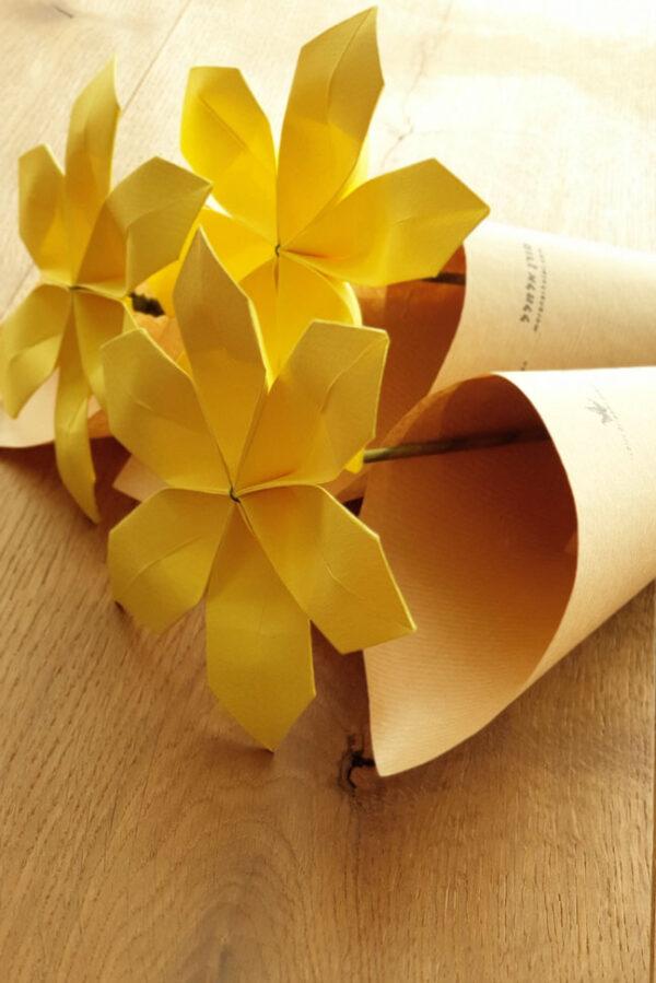 פרח אוריגמי חרצית צהובה, פרח צהוב, פרחים מנייר , פרחים לאירועים, פרח מתנה, מתנות לאורחים, מתנות חתונה, מתנה לעובדים, פרח למורה, פרחים לחג, מורן אלחלל אוריגמי, עיצוב לאירועים, אירועי קונספט