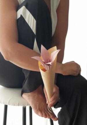 פרח לילי, פרח אוריגמי, התאמה אישית, פרח מתנה, תוספת לגיפט קארד, מתנות לאורחים באירועים, מתנות לעובדים בחג, מתנות ממותגות, פרח ורוד , מורן אלחלל אוריגמי