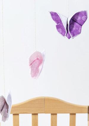 מובייל 3 פרפרי אוריגמי בד בגווני סגול ורוד ואפור, מובייל לתינוק, מתנת לידה, מתנה ליולדת, פרפים צבעוניים, בדים פרחוניים, מורן אלחלל אוריגמי בד
