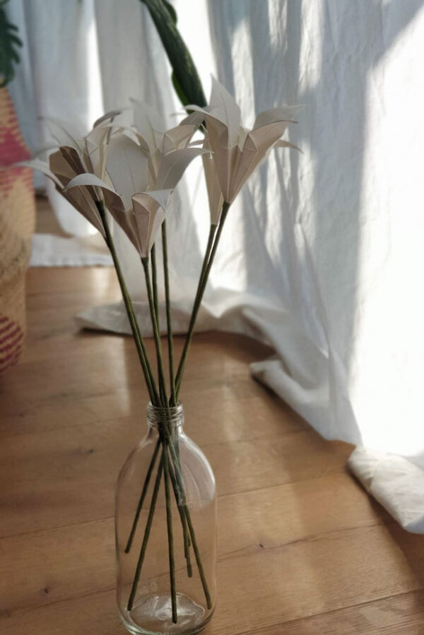 פרחים לבנים בבקבוק זכוכית, זר פרחי אוריגמי, סידור שולחן לאירוע, מתנות לאורחים בחתונה, מתנות לאורחים, מורן אלחלל אוריגמי, ליליות לבנות, פרחי אוריגמי מעוצבים בעבודת יד