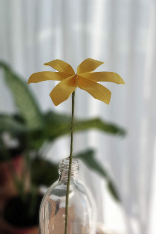 פרח אוריגמי בבקבוק זכוכית , חרצית, פרח צהוב מעוצב, פרח בעבודת יד, פרחים לאירועים, פרח מתנה, מתנות לאירועים, מתנה לחג, מתנות סוף שנה, סידור שולחן לאירוע, מרכזי שולחן מעוצבים, מורן אלחלל אוריגמי
