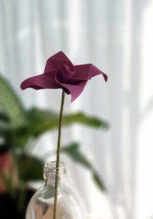 פרח אוריגמי בבקבוק זכוכית , שרי בלוסום, פרח סגול מעוצב, פרח בעבודת יד, פרחים לאירועים, פרח מתנה, מתנות לאירועים, מתנה לחג, מתנות סוף שנה, סידור שולחן לאירוע, מרכזי שולחן מעוצבים, מורן אלחלל אוריגמי